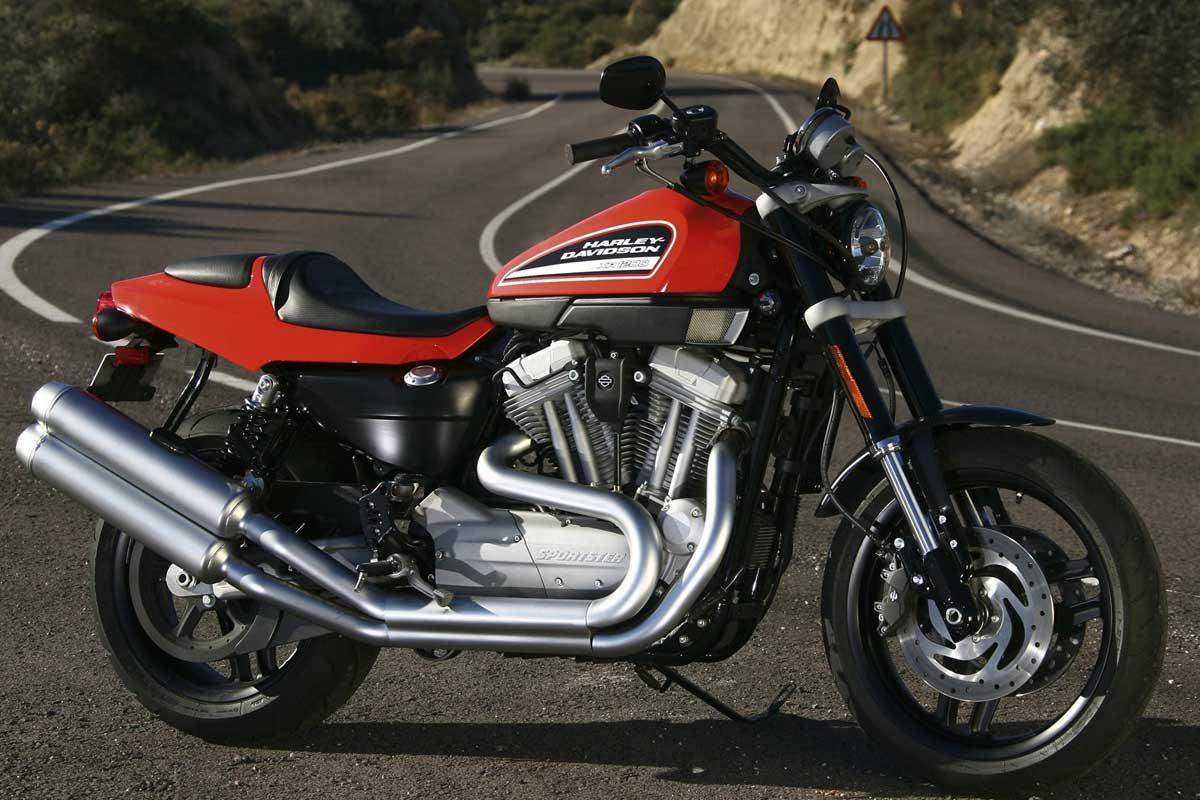Harley Davidson XR1200 đời 2008 đậu bên vệ đường