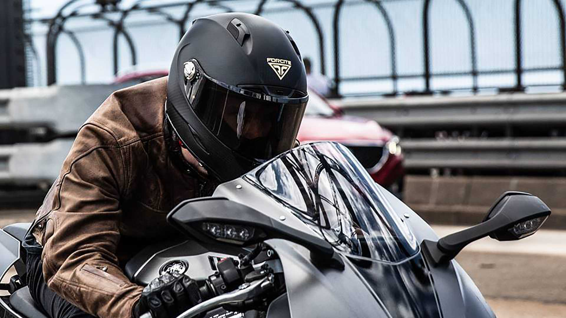 Mũ bảo hiểm Forcite do Rider đeo