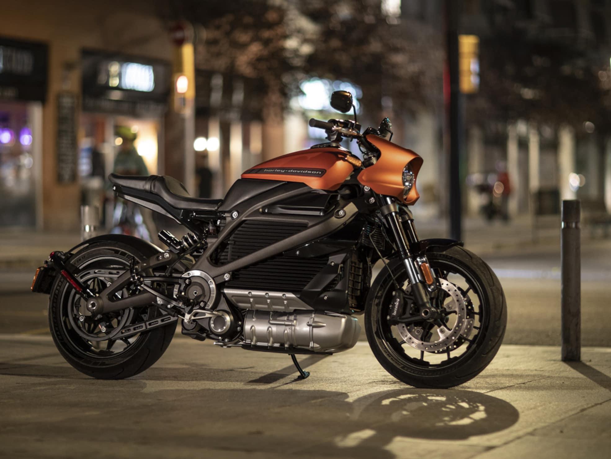Harley-Davidson LiveWire Mô tô điện vào ban đêm trên phố