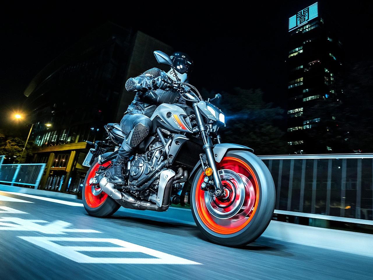 Yamaha MT07 cưỡi vào ban đêm ở Tokyo
