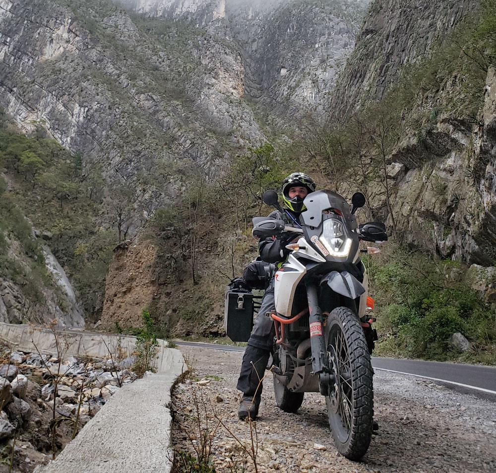 Một người lái mô tô KTM của mình trong một chuyến đi dài ở Na Uy
